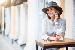现代少妇在一个大城市 免版税库存照片