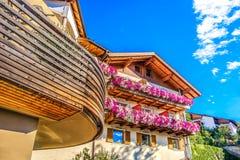 现代山瑞士山中的牧人小屋紫色花五颜六色的设计南tyro 库存照片