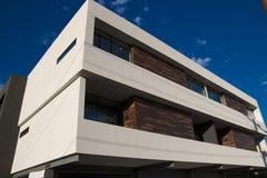 现代市内住宅公寓外部 图库摄影