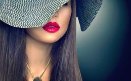 现代黑帽会议的美丽的性感的深色的妇女 免版税库存图片