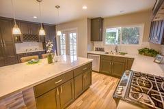 现代干净的厨房在开放概念样房在圣地亚哥加利福尼亚 库存图片