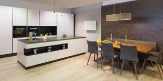 现代平的白色厨房 免版税库存照片