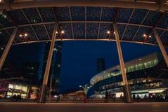 现代广场在夜之前在未来派城市 免版税库存照片