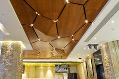现代广场大厅被带领的天花板  库存照片