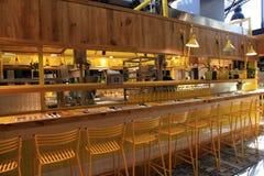 现代开放厨房餐馆在新的Sarona食物市场上, Te 免版税库存图片