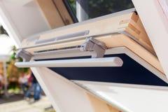 现代开放天窗有双重斜坡屋顶的房屋窗口特写镜头  免版税库存照片