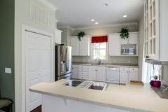 现代开放概念厨房 免版税库存照片