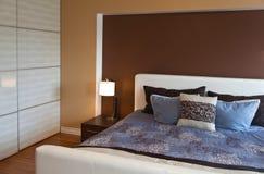 现代当代在bamb以后的公寓卧室室内设计 免版税库存图片