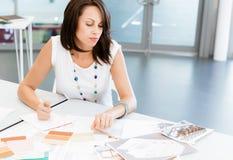 现代成功的女商人 免版税库存图片