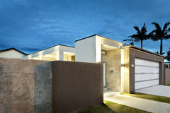 现代房子入口在与光的晚上 库存照片