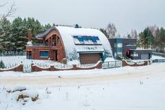 现代房子在与雪的冬天 库存图片