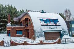 现代房子在与雪的冬天 库存照片
