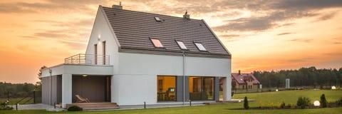 现代房子在平安的区域 免版税库存照片