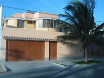 现代房子在郊区 免版税库存照片