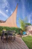现代房子大阳台在与树荫风帆的夏天 图库摄影