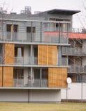 现代房子门面细节与木树荫的 免版税库存图片