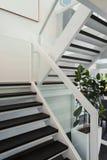 现代房子,楼梯 免版税库存图片