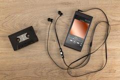 现代手机和老盒式磁带 免版税库存照片