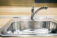 现代轻拍龙头和水槽在新的厨房 库存图片