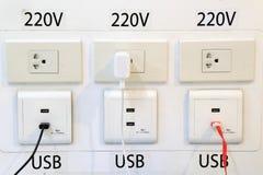 现代插座插口在乘客的机场能充电电话 免版税库存照片