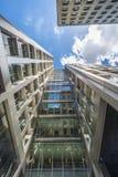 现代摩天大楼向上看法在伦敦市 库存照片