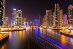 现代摩天大楼在有繁忙的散步的在晚上,迪拜,阿联酋豪华迪拜小游艇船坞 免版税库存图片