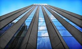 现代摩天大楼在有蓝天的商业区 免版税图库摄影