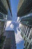 现代摩天大楼Upword视图在伦敦市 免版税图库摄影