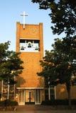 现代教会在Egmond比嫩,荷兰村庄  免版税库存照片