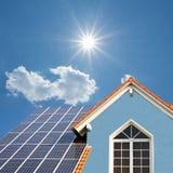 现代新的建造的房子,与太阳能电池的屋顶,明亮的sunshin 免版税库存图片