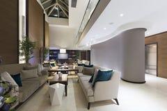 现代旅馆大厅咖啡馆内部 免版税图库摄影