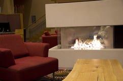 现代旅馆大厅壁炉 图库摄影
