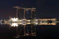 现代旅馆小游艇船坞海湾沙子在晚上,新加坡 免版税库存照片