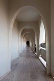 现代旅馆走廊的内部  免版税库存图片