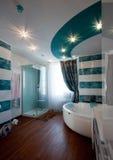 现代时髦的卫生间内部 免版税库存照片