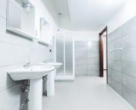 现代时髦的卫生间射击与广角镜头 库存图片
