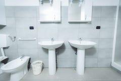 现代时髦的卫生间射击与广角镜头 图库摄影