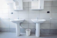 现代时髦的卫生间射击与广角镜头 库存照片