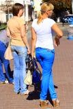 现代时髦的女人在城市 免版税库存照片