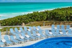 现代时髦的游泳池和巨大自然,热带背景 库存图片