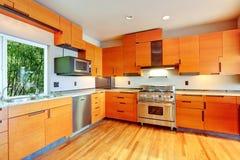 现代明亮的橙色厨房室 免版税库存图片