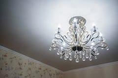 现代水晶枝形吊灯从天花板垂悬 免版税库存照片