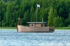 现代木小船,被传统化象有一个龙` s头的北欧海盗船游人的娱乐的 免版税库存照片