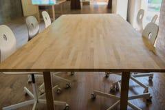 现代木桌在办公室 免版税库存图片