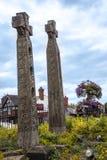 现代木被雕刻的凯尔特十字架在Sandbach英国集镇  库存图片
