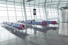 现代机场休息室位子行 免版税库存图片