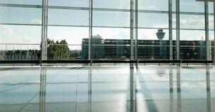 现代机场修造的被日光照射了大厅 免版税图库摄影