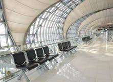 现代机场等待的大厅 免版税库存图片