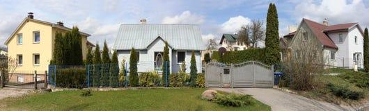 现代村庄、绿色树篱和草坪 免版税库存照片