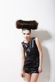 现代样式。 与低劣的发型的滑稽的迷人的时装模特儿。 创造性 免版税库存照片